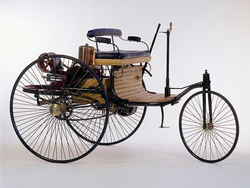 Автомобиль из колес двигателя и сиденья