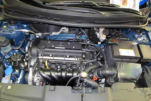 Расположение аккумулятора в моторном отсеке Хендай Соялрис